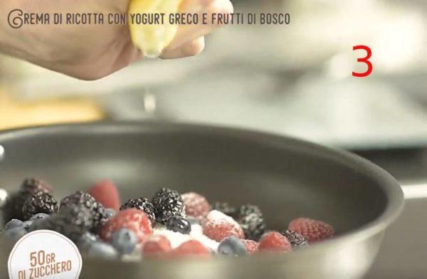 crema di ricotta con yogurt greco e frutti di bosco