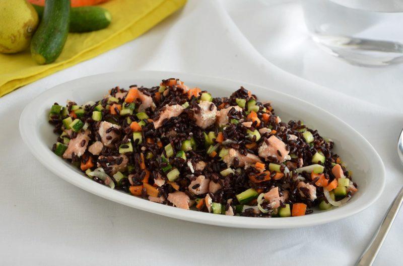 Riso-venere-con-salmone-e-verdure