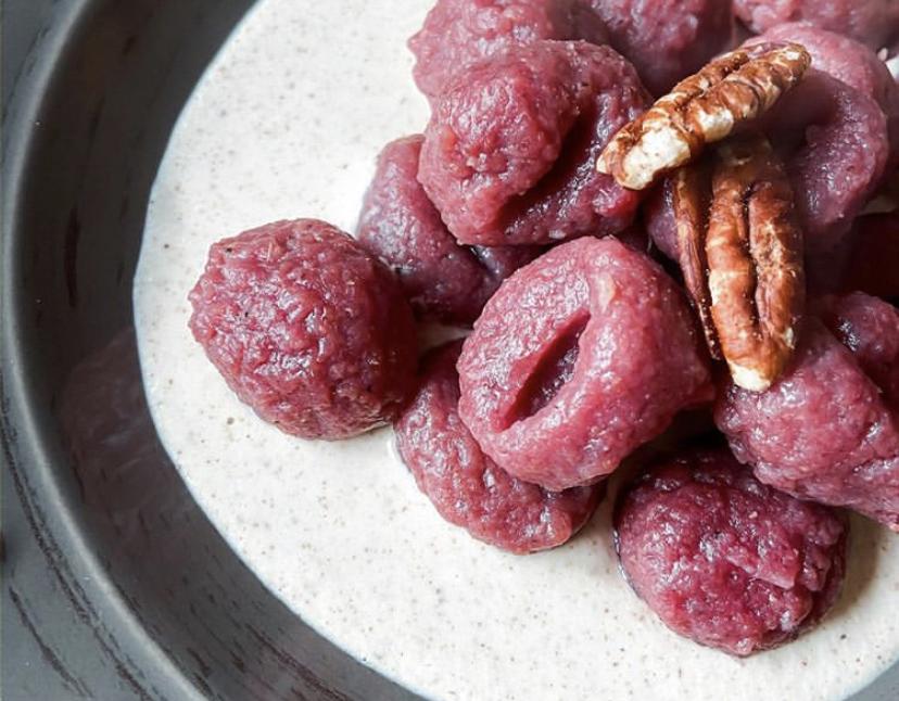 Gnocchi di patate con rapa rossa – con noci e Philadelphia allo yogurt greco